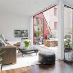 dachwohnung mit dachterrasse modern einrichten mit ecksofa braun und diy couchtisch aus paletten_coole einrichtungsideen für wohnessimmer in einer maisonette