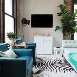 wohnzimmer design mit blauen armsesseln aus leder, weißer Ottomane und Zebrapelz-teppich als inspiration für modernes raumgestaltung mit orientalischem akzent