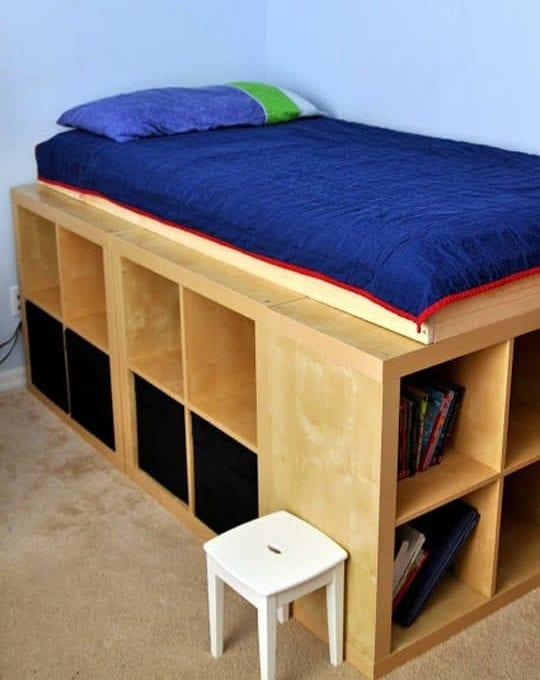 bett selber bauen f r ein individuelles schlafzimmer design diy bett aus ikea regalen freshouse. Black Bedroom Furniture Sets. Home Design Ideas