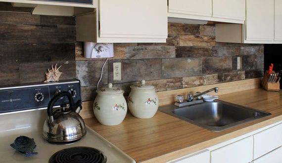 Die-alte-Küche-mit-neuem-Fliesenspiegel-verschönern_coole-idee-für ...