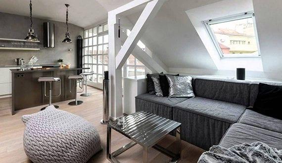 kleines wohnesszimmer mit kueche in dachgeschosswohnung. Black Bedroom Furniture Sets. Home Design Ideas