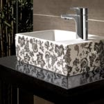 modernes gäste wc design mit achwarzemwaschtisch und kleinem rechteckigem weißem waschbecken mit schwarzem blumenmuster
