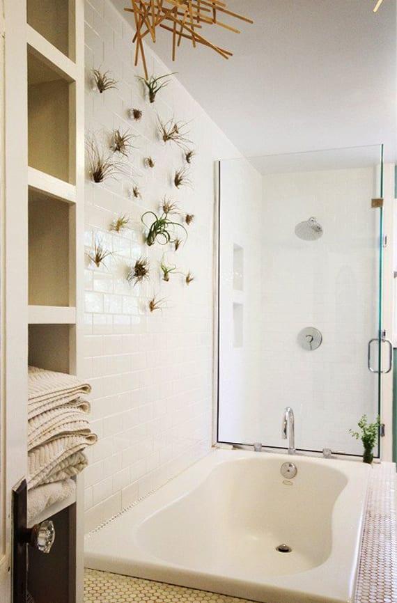 Coole idee fuer vertikale wandgestaltung und badezimmergestaltung mit pflanzen fuers bad freshouse - Wandgestaltung idee ...