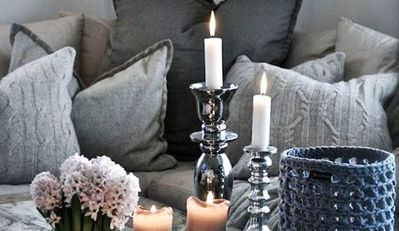 kerzen-dekoideen-fuer-mehr-romantik-in-den-kalten-wintertagen_kerzen-deko-in-grau