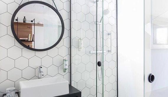 Sechseck wandmuster ideen fuer eine tolle wandgestaltung badezimmer in weiss freshouse - Wandmuster ideen ...