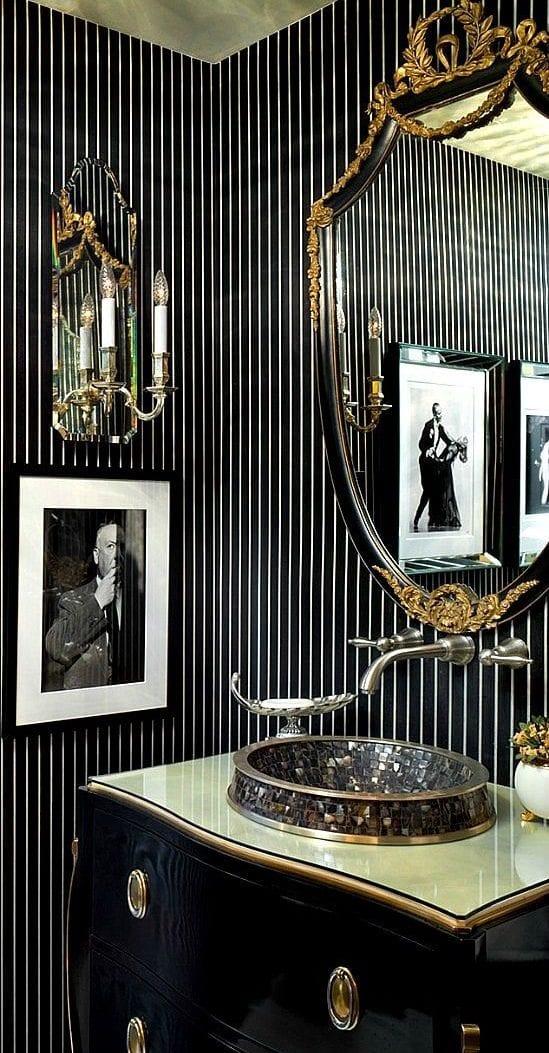 Stilvolle Und Mutige Badgestaltung In Schwarz Mit Klassischem  Waschtischschrank Und Schwarzen Tapete Mit Streifenmuster