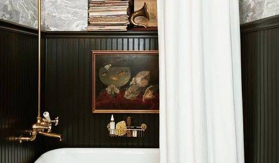 Stilvolle Und Mutige Badgestaltung In Schwarz Mit Wandverkleidung Aus  Schwarzen Wandpaneelen Und Schwarzweißer Tapete Mit Wolkenmuster