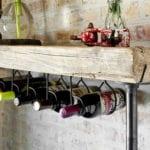 diy Holztisch mit weinregal aus Holz und metallrohren