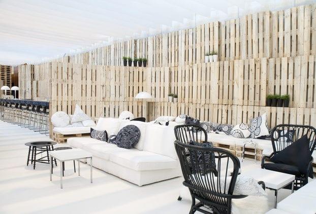 coole wandgestaltung ideen mit paletten f r fentliche. Black Bedroom Furniture Sets. Home Design Ideas