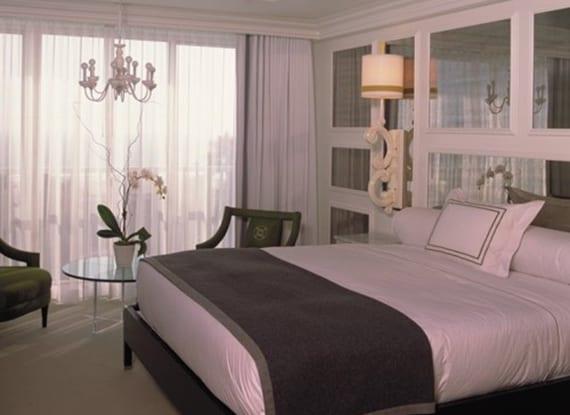 Schlafzimmer-gestalten-mit-Spiegel-Bett-Kopfteil-als-coole-wanddeko - fresHouse