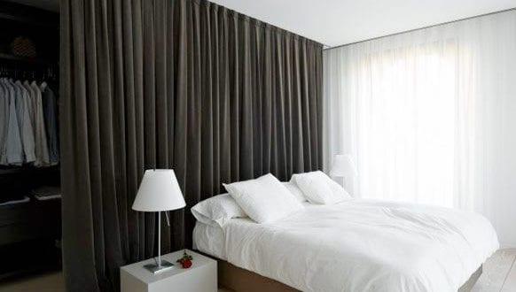 Wohnideen Schlafzimmer – den Platz hinterm Bett verwerten als kleiderraum