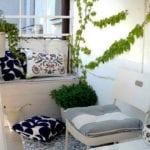 frische balkon ideen in farbe weiß mit kleiner sitzecke, dekokissen in weiß und blau, kletterpflanzen und kleinem ikea tisch und stuhl in weiß