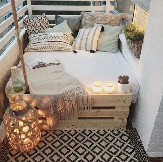Der Kleine Balkon In Weiss Mit Gemutlicher Sitzecke Freshouse