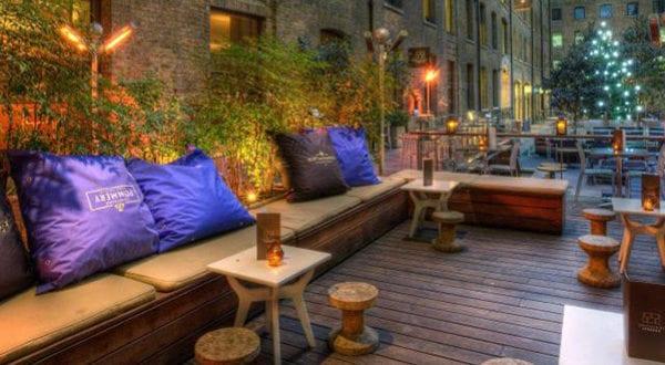 Einrichten von einem privaten Cafe auf der Terrasse