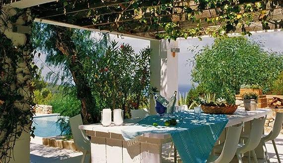 Interessante Gartenideen Mit Pool Und Essecke Unter Begrünter