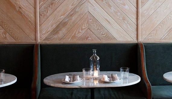 Wand Modern Gestalten Mit Hellem Parkett Und Holzleisten