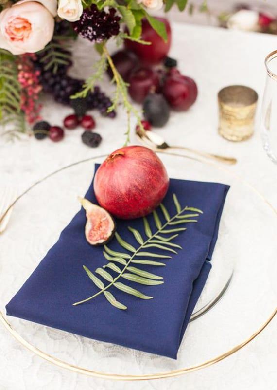 Elegante Erntedank Tischdeko Idee Mit Granatapfel Und Dunkelblauen