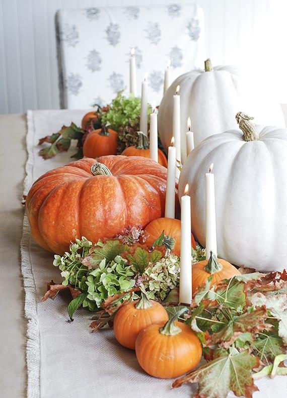 Herbstliche Tischdeko In Weiss Und Orange Mit Kerzen Und Kurbissen