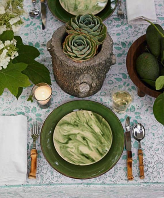 nat rliche tischdeko in gr n und holz mit sukkulenten in diy baumstamm vase freshouse. Black Bedroom Furniture Sets. Home Design Ideas