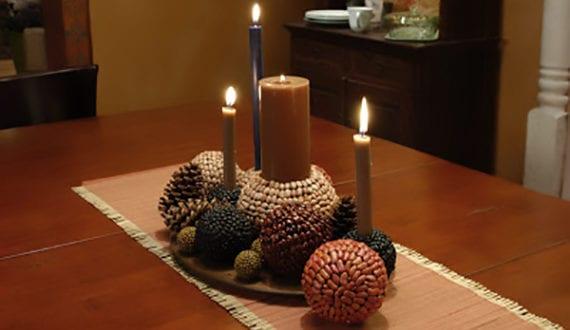 tisch herbstlich dekorieren mit selbstgemachter tischdeko aus bohnen nadelzapfen und kerzen. Black Bedroom Furniture Sets. Home Design Ideas