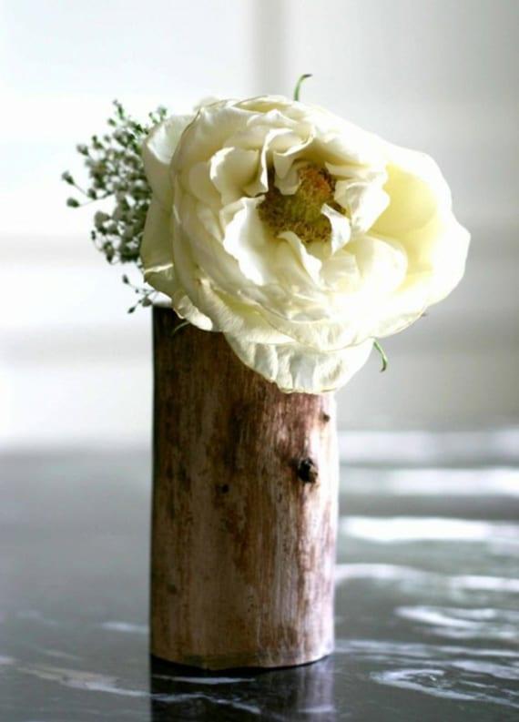 vase aus baumstamm selber basteln f r moderne tischdeko mit wei en blumen freshouse. Black Bedroom Furniture Sets. Home Design Ideas