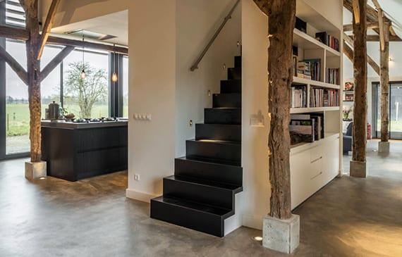 altes bauernhaus mit modernem interieur im industral stil mit betonboden stahltreppe. Black Bedroom Furniture Sets. Home Design Ideas