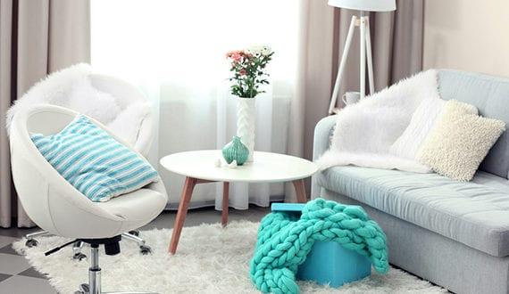 kleines-wohnzimmer-modern-gestalten-in-weiß,-grau-und-blau ...
