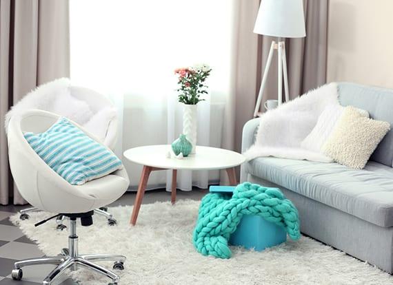 kleines wohnzimmer modern gestalten in wei grau und blau freshouse. Black Bedroom Furniture Sets. Home Design Ideas