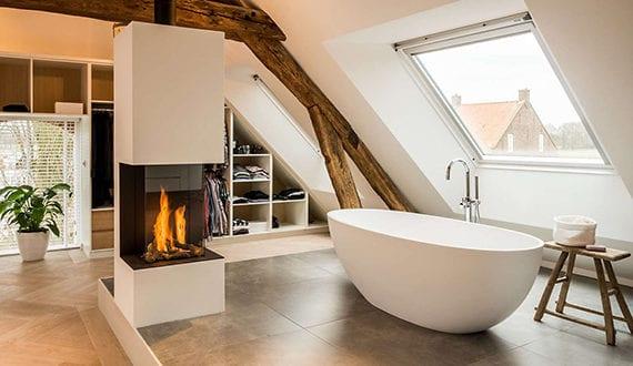 luxus-schlafzimmer-mit-dachschräge,-einbaukleiderschränken-und ...