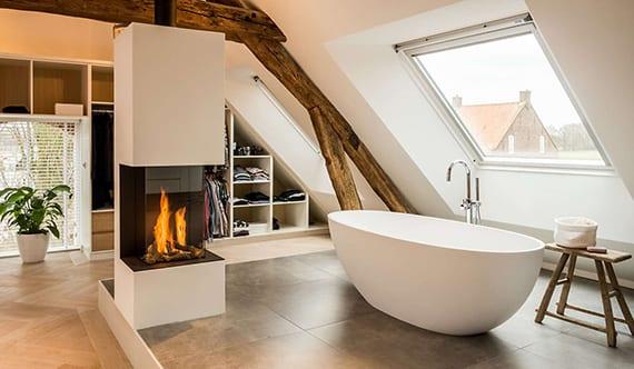 luxus-schlafzimmer-mit-dachschräge,-einbaukleiderschränken ...