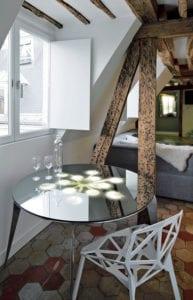 moderne-dachwohnung-mit-kleiner-essecke-unter-dachschräge ...