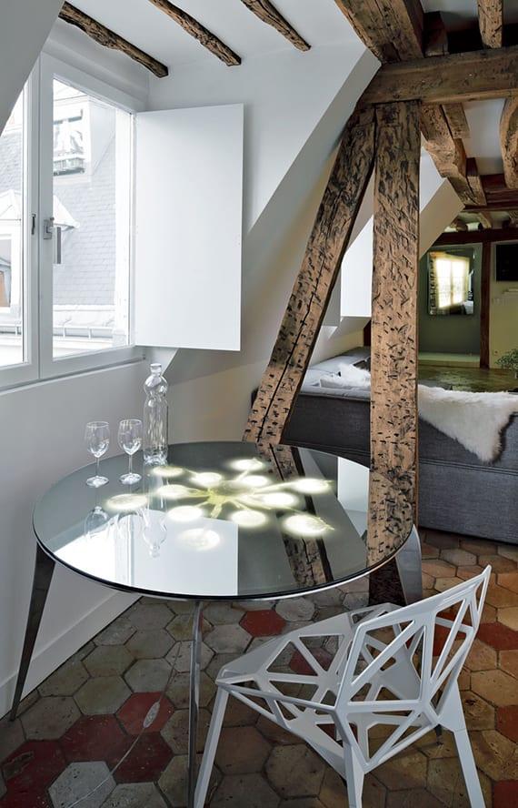 moderne-dachwohnung-mit-kleiner-essecke-unter-dachschräge-mit-rundem ...