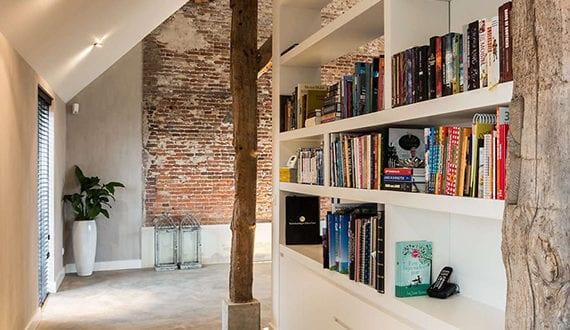 modernes einfamilienhaus kreativ gestalten mit betonboden ziegelwand einbauregal zwischen. Black Bedroom Furniture Sets. Home Design Ideas