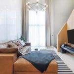 coole wohnideen für moderne wohnzimmereinrichtung mit braunen ecksofa leder, holzwandgestaltung, schwarzem TV board regal und teppichläufer mit schwarz und weißen streifen