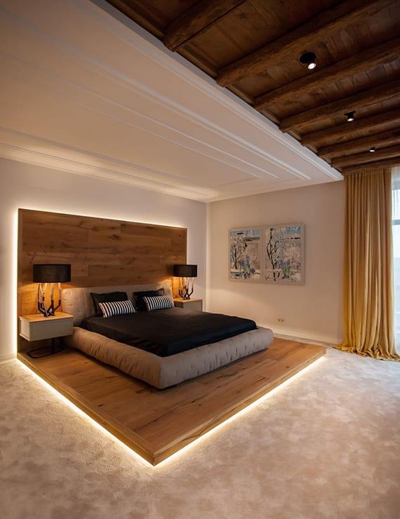 luxus schlafzimmer einrichten mit designer bett auf holzpodest schwarzen nachttischlampen holz. Black Bedroom Furniture Sets. Home Design Ideas
