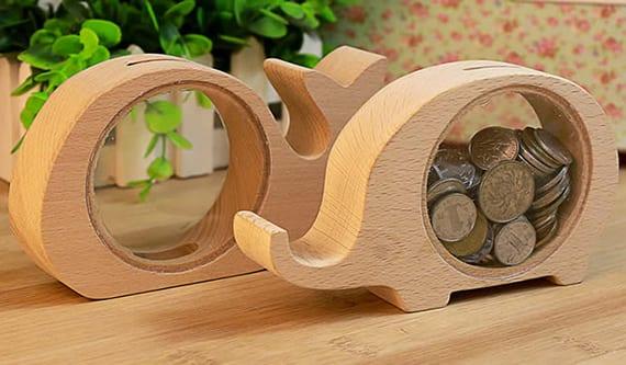moderne sparbüchse aus holz und glas in verschiedenen tierformen als passendes geschenk für sparer