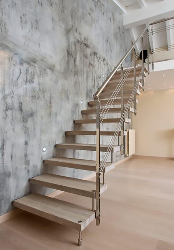 moderne treppen mit selbstragender treppenkonstruktion für optische vergrößerung kleiner räume, treppenbeleuchtung mit einbauwandleuchten, coole streichen idee für wandgestaltung in betonoptik