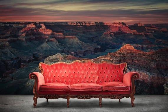 wohnzimmer inspiration für lebendige wandgestaltung mit wandtapete sonnenaufgang und rotem barock-sofa aus holz