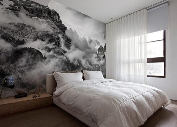 moderne wandgestaltung schlafzimmer mit fototapete Gebirgskette, holzregal und holzbodenbelag, bettwäsche weiß