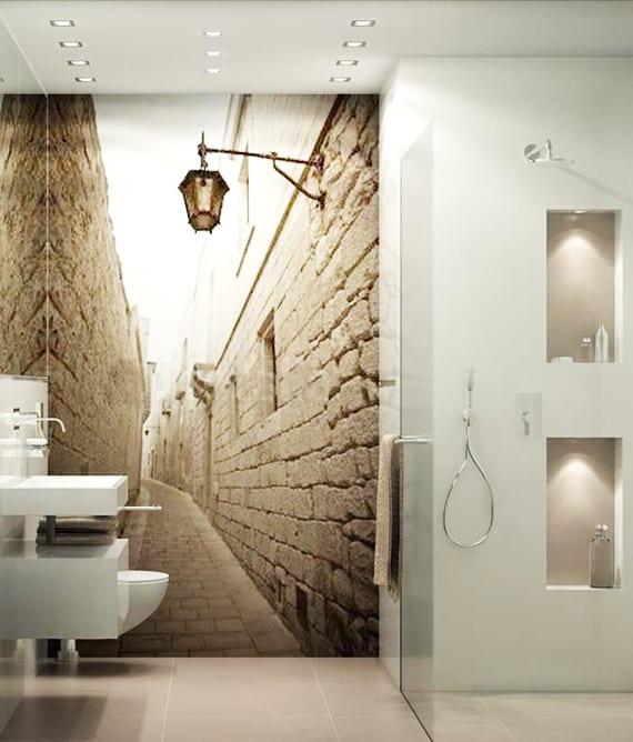 kleines badezimmer modern gestalten mit wandtapete ''kleine gasse'' und dusche mit glaswand und beleuchteten wandnischen