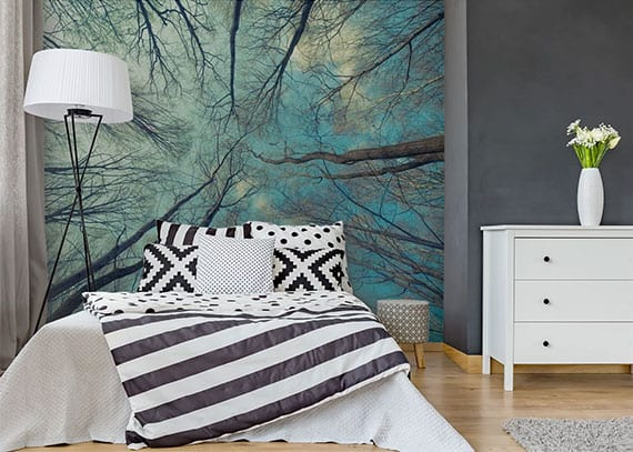 coole gestaltungsideen schlafzimmer mit grauen wänden, wandtapette bäume und himmel,stehlampe metall, betwäsche schwarz-weiß und holzkommode weiß