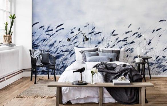 fantastisch schlafzimmer ideen für originelle wandgestaltung mit wandtapete, rustikaler einrichtung mit holzbank, zwei runden beistelltischen schwarz und modernem holzstuhl schwarz