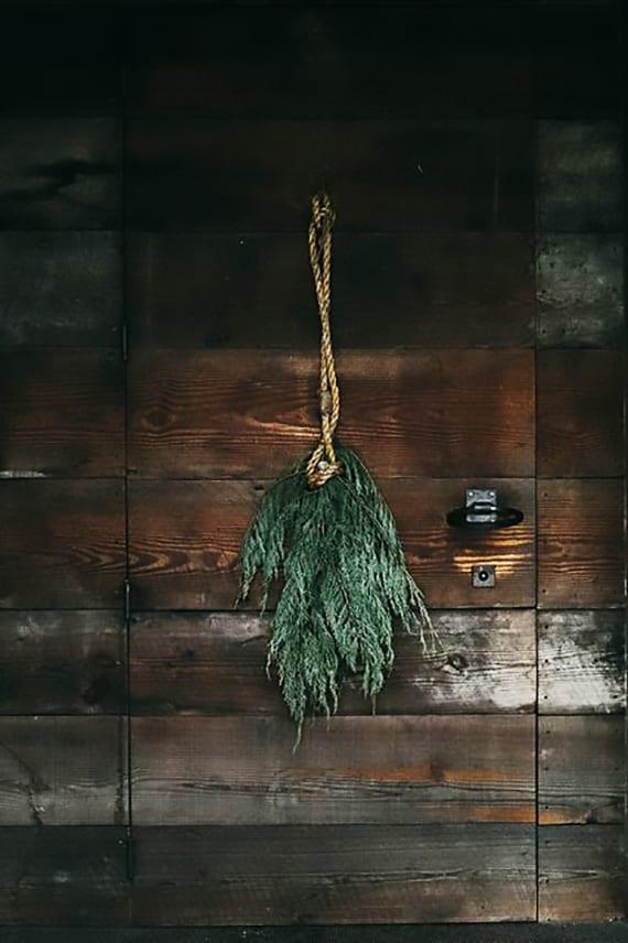 rustikale weihnachtsdeko für hauseingang mit holztür