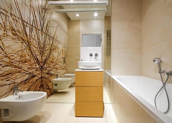 moderne wandgestaltung badezimmer mit großen badfliesen beige, spiegel wandhoch, waschtischschrank holz mit rundem waschbecken, badewanne und wandtapete sand und meer