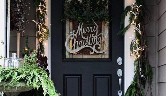 Hauseingang mit schwarzer haust r weihnachtlich dekorieren for Jugendzimmer weihnachtlich dekorieren