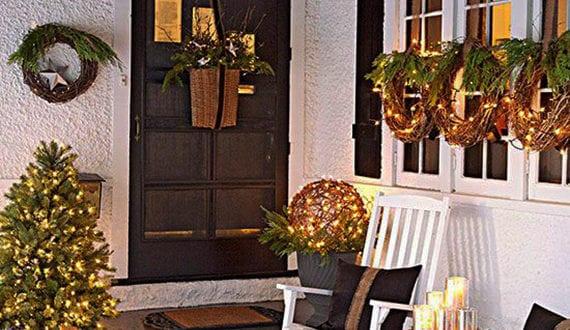 hauseingang mit veranda weihnachtlich dekorieren mit weihnachtskr nzen am fenster und gem tliche. Black Bedroom Furniture Sets. Home Design Ideas