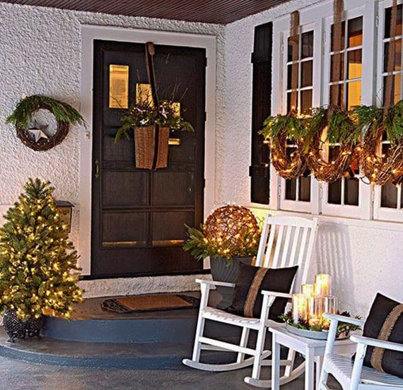 überdachter hauseingang weihnachtlich und fröhlich dekorieren mit weihnachtskränzen aus getrockneten zweigen als fensterdeko