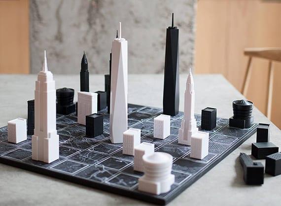 modernes Schach mit Symbolgebäuden in schwarz weiß als kreatives geschenk