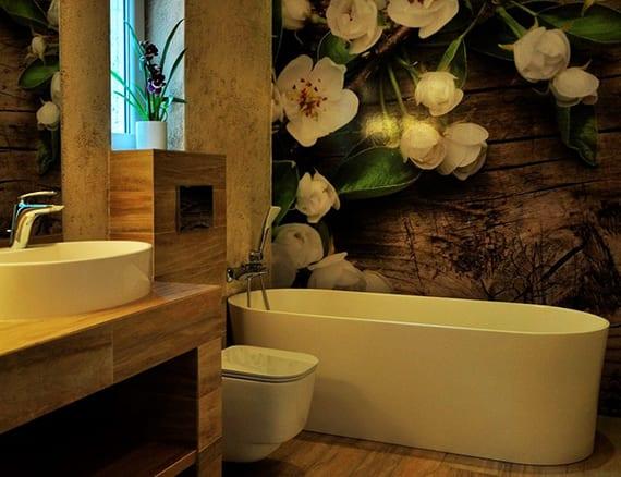 coole badgestaltung mit fototapete, freistehender badewanne weiß, boden und waschtisch mit badezimmerfliesen in naturstein optik