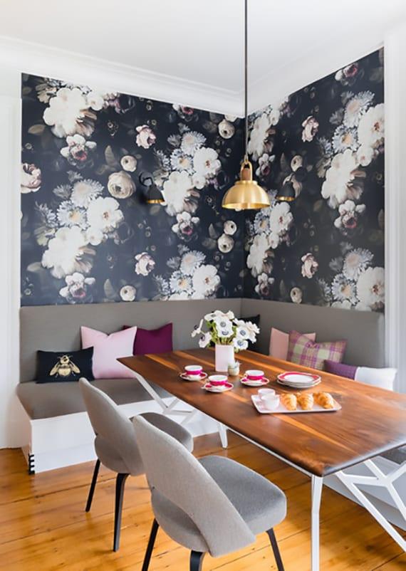kleine sitzecke küche modern einrichten mit ecksitzbank weiß und grau, holzesstisch mit grauen polsterstühlen, pendellampe gold und wandtapete mit blumenmuster